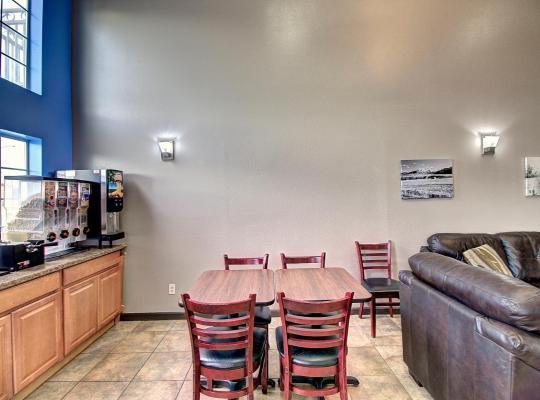 Hotel photos: Days Inn & Suites by Wyndham Lolo