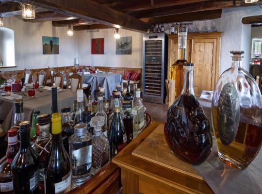 ホテルの写真: Romantik Restaurant Schloss Weinstein