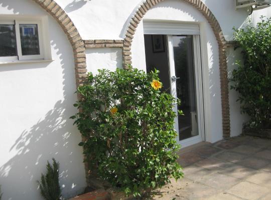 Hotel photos: Costa del Sol: Sitio de Calahonda (12 km de Marbella) Apt 1 ch + Salon + Kitch. + SdeB dans maison d'hôte