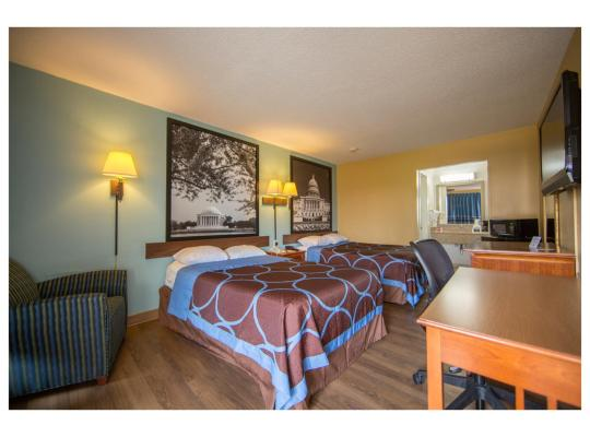 Fotos de Hotel: Super 8 by Wyndham Alexandria/Washington D.C. Area