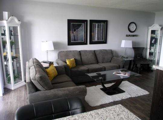 Fotografii: Grand 2BR Condo with Parking!