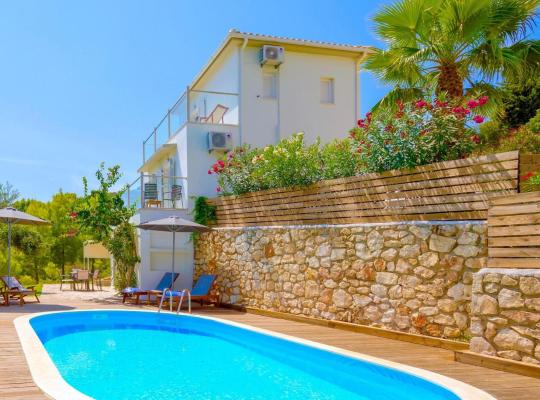 תמונות מלון: Ai Giannis Villa Sleeps 6 Pool Air Con WiFi