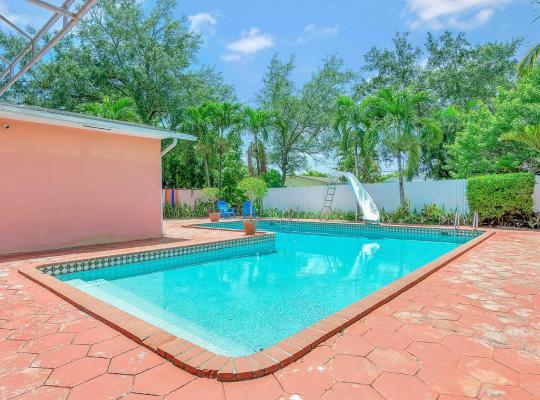 Hotel photos: Elegant Duplex w Majestic Private Pool & Outdoor Lounge!