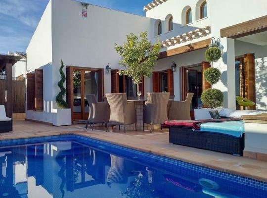 Fotos do Hotel: Lo Mendigo Villa Sleeps 12 Pool Air Con WiFi