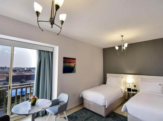 酒店照片: Enjoy the amenities offered by pool or the beach and return to your twin room