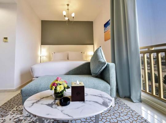 酒店照片: Spend your day poolside and return to your wonderful king studio apartment