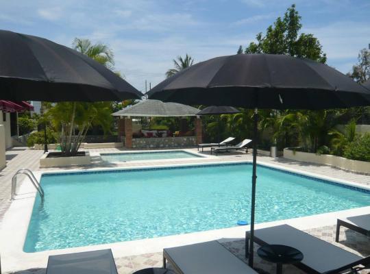 Fotos de Hotel: Bed And Breakfast In Luxury Villa With 2 Pools