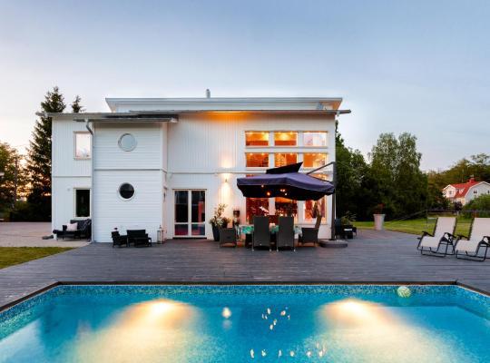 酒店照片: Exclusive villa with pool near Sthlm city and lake
