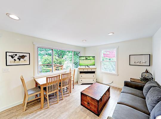 Fotos de Hotel: New Listing! Quiet Haven W/ Private Yard & Hot Tub Home