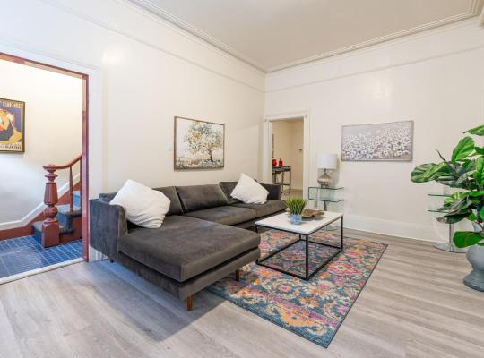 Fotografii: Beautiful Full Private House Sleeps 8 with Washer, Dryer AND Free Parking