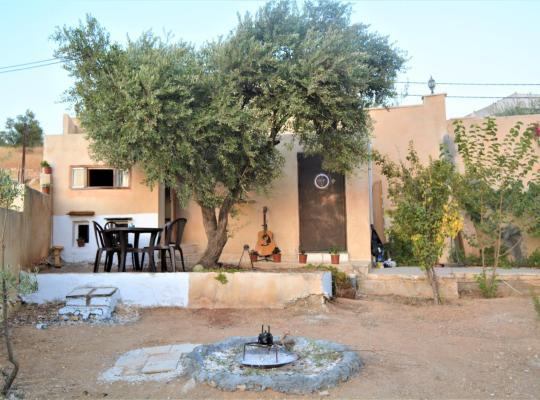 होटल तस्वीरें: ** Our Villa's Pine Cottage** HQ Budget Stay** Wonderful horizon view of Jerash