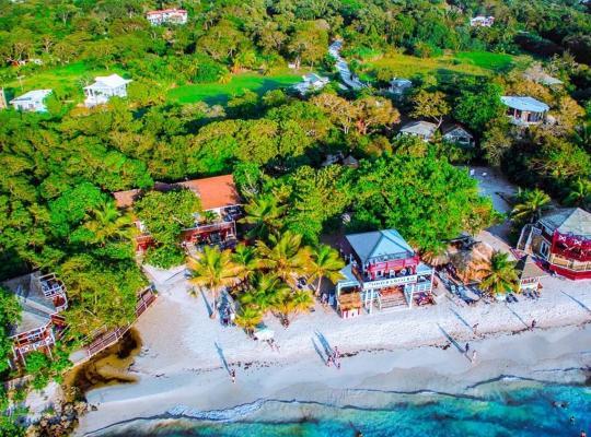 酒店照片: Fosters West Bay Resort