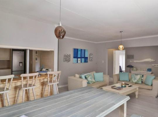 "Zdjęcia obiektu: Modern cottage with a "" beach feel"" in the heart of Fairland/Northcliff"
