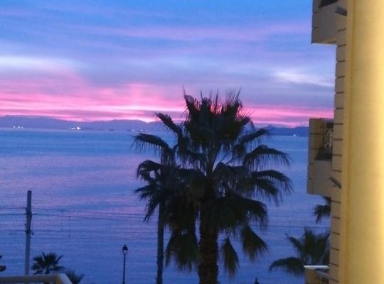 תמונות מלון: Seaview apartment with balcony in Athens Riviera, 15' to Acropolis!