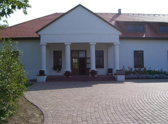 Хотел снимки: Sarlóspuszta Club Hotel