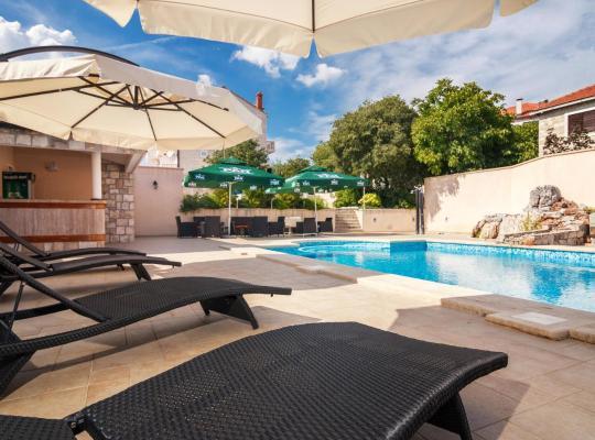 ホテルの写真: Apartments & Rooms Konoba Tomić
