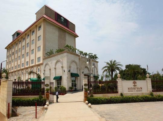 Viesnīcas bildes: Nidhivan Sarovar Portico Vrindavan