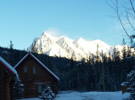 Hotel photos: Kicking Horse River Chalets