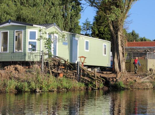 Hotel photos: Marshlands Lakeside Nature Retreat