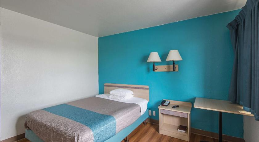 Queen Room - Accessible/Non-Smoking Motel 6 Kansas City North - Airport