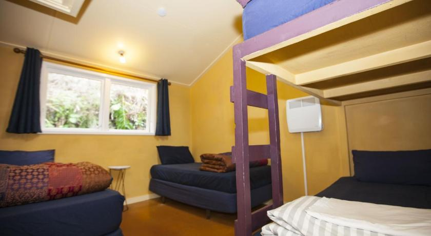 Standard Twin Room Karioi Lodge Backpackers and Surf Camp