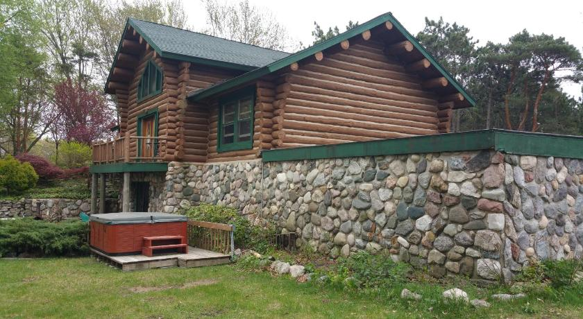 Waterfront Hidden Pines Log Cabin