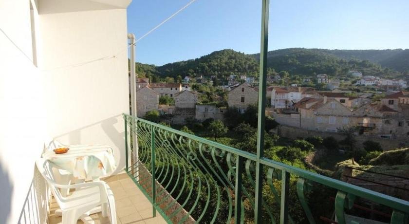 Best time to travel Croatia Apartment Vis 2412b