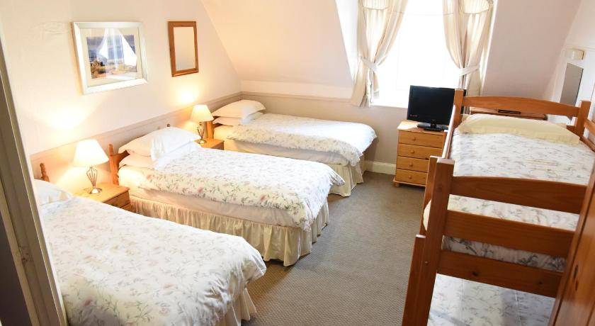 Family Room with Sea View (5 adults) Corran House Hostel