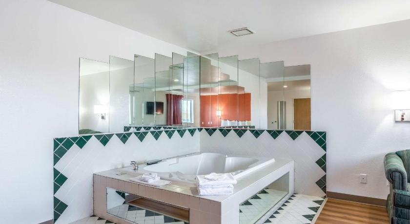 Modern King Suite with Jacuzzi - Non-Smoking