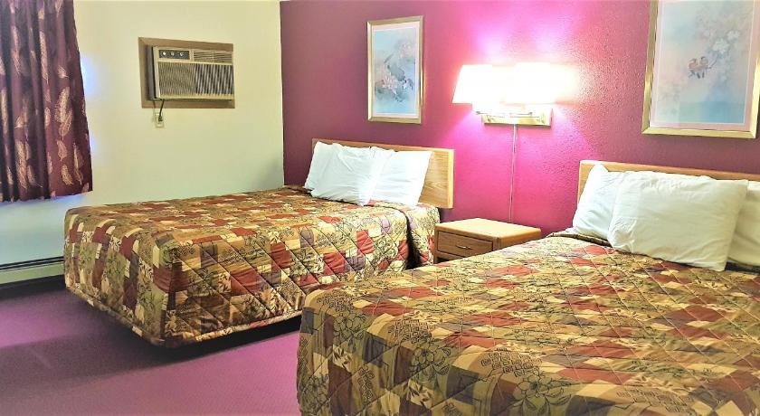 Queen Room with Two Queen Beds AmeriVu Inn & Suites-Avon