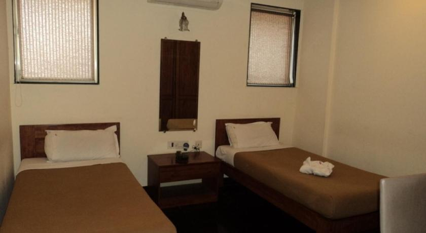 Twin Room 1 BR Boutique stay in Vile Parle, Mumbai (E026), by GuestHouser