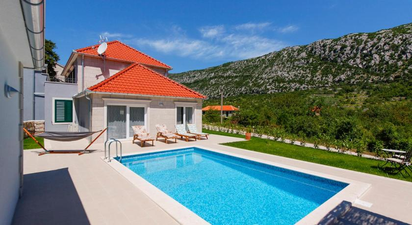 Zupa Villa Sleeps 6 Pool Air Con WiFi