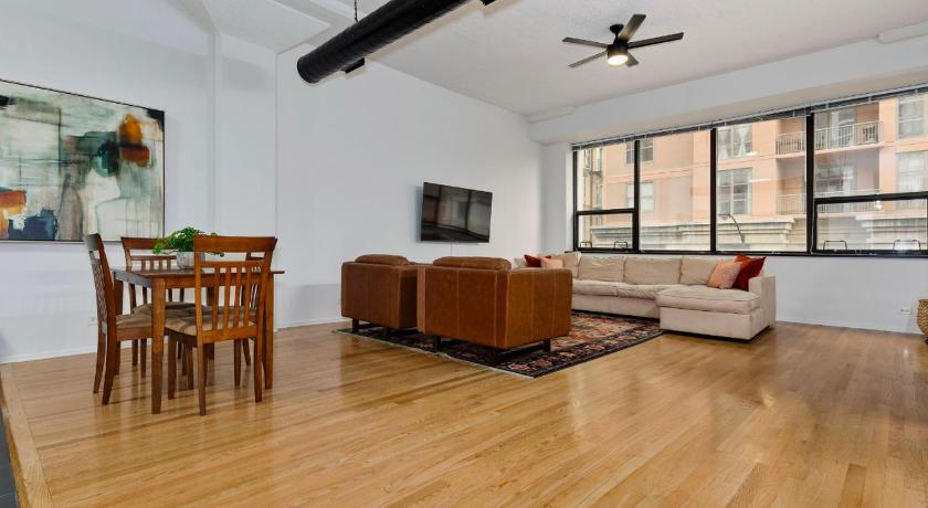 New! Airy 1BR with High Ceilings in South Loop