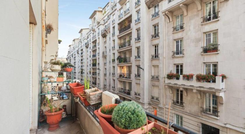 Parisian flat with balcony near Latin Quarter 6p