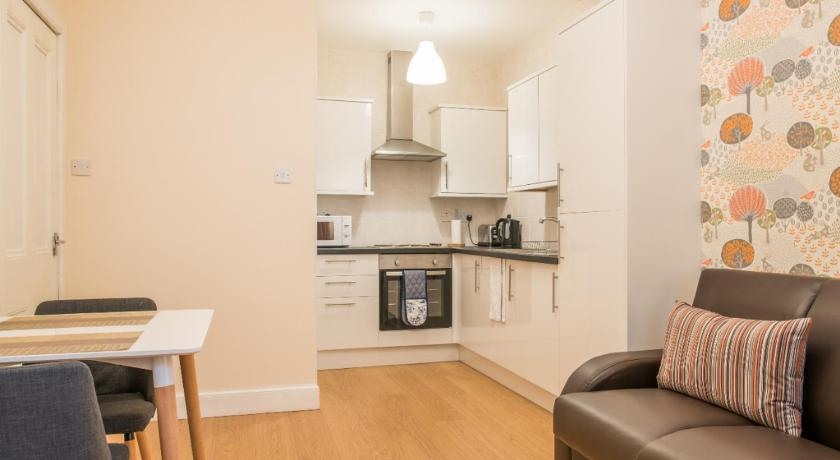 Cozy 1 bed Apartment in Edinburgh w/free parking!