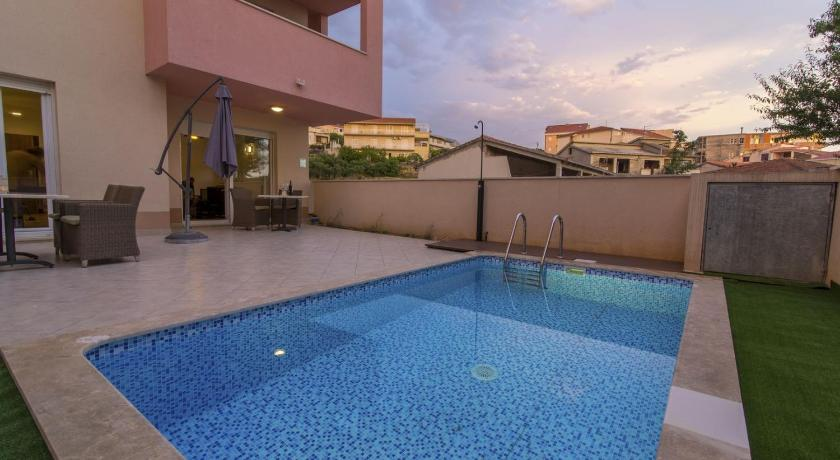 ctma221 - Modern apartment with private pool