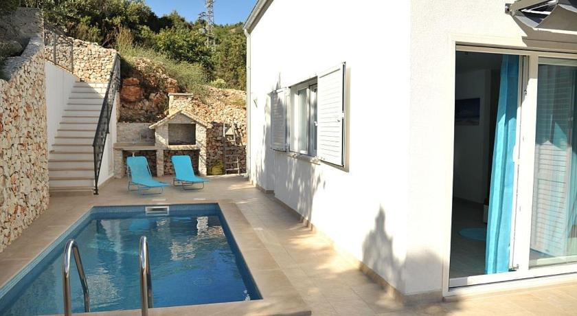 ctvi167- Holiday home with private pool