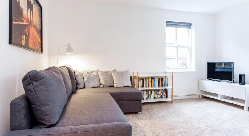 Chic & Stylish 2BR Flat Mins from train station