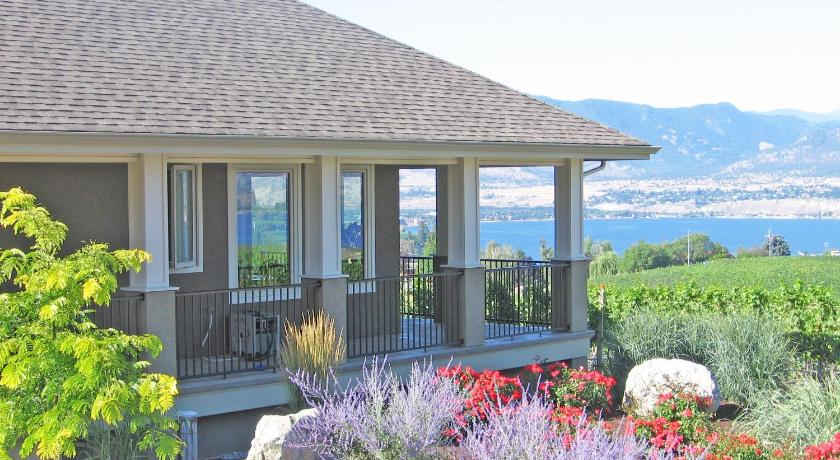 Cool Monashee Bb A Naramata Bench Vineyard Retreat In Penticton Gmtry Best Dining Table And Chair Ideas Images Gmtryco