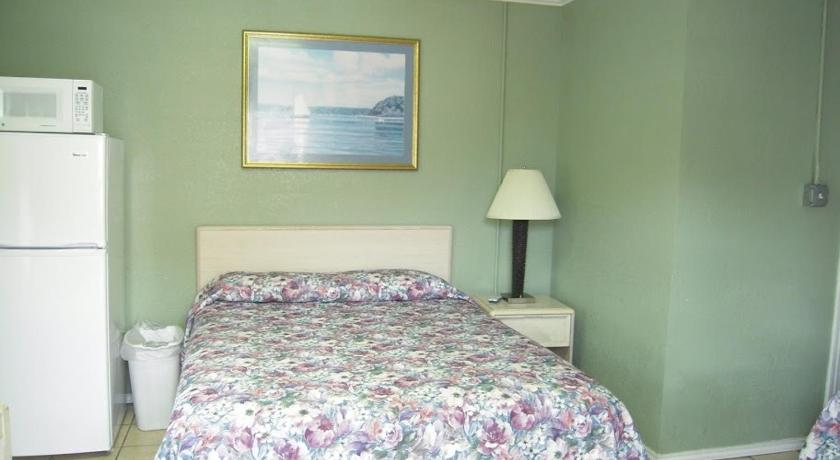 Queen Room with Two Queen Beds Bayfront Cottages