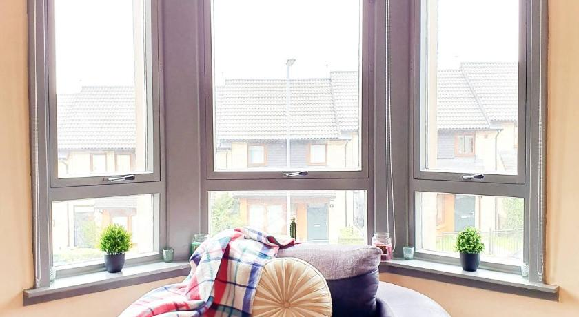 Best time to travel Glasgow Airy three bedroom apartment close to city centre