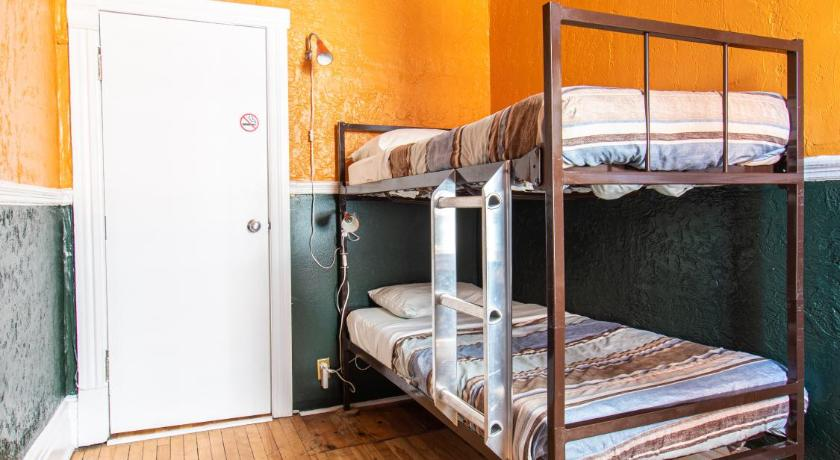 Small Double Room with Bunk Bed Auberge du Plateau-Mont-Royal