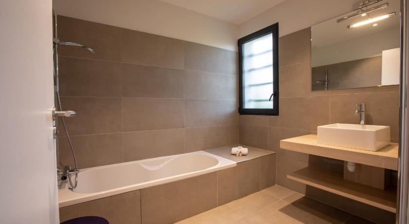 Maison moderne avec piscine (la Buissonne), Aix-en-Provence ...