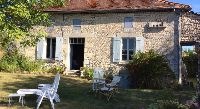 Old Farmhouse in Quiet Charente Countryside