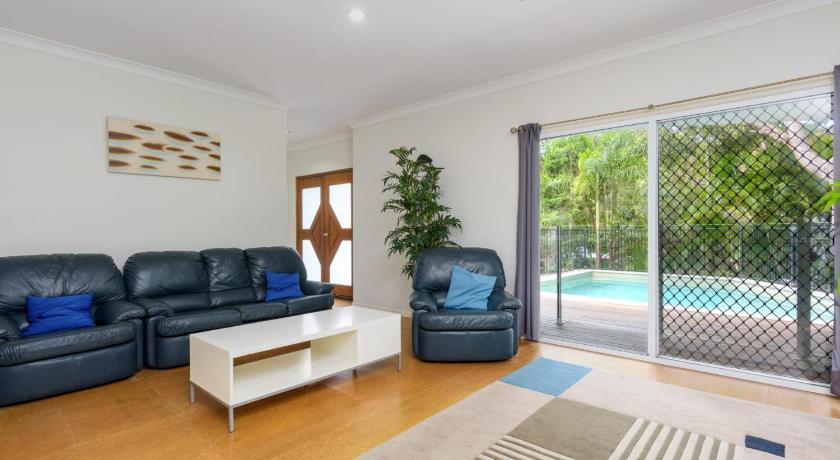 6 Ibis Court - Modern tropical family home with inground swimming pool & outdoor entertaining area