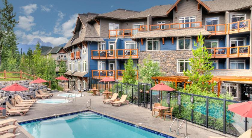 Best time to travel Canada Blackstone Mountain Lodge by CLIQUE