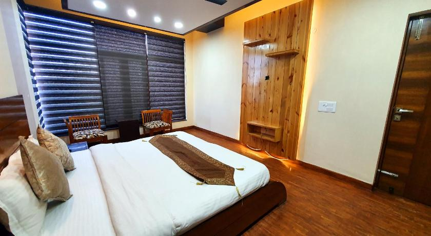 King Suite with Balcony Wildleaf Kasauli -Valley Homz
