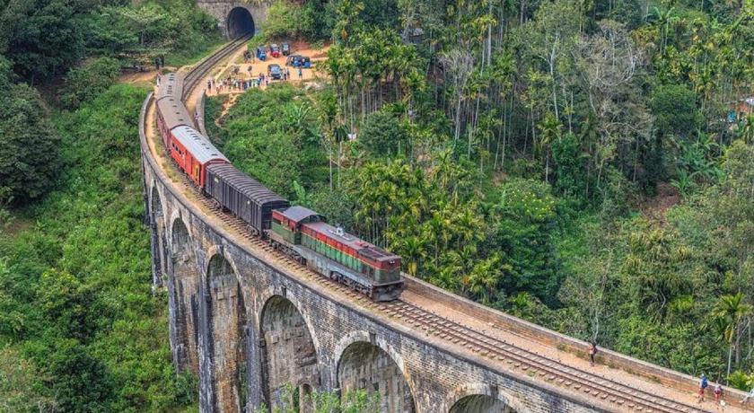 sceneic train ride in sri lanka