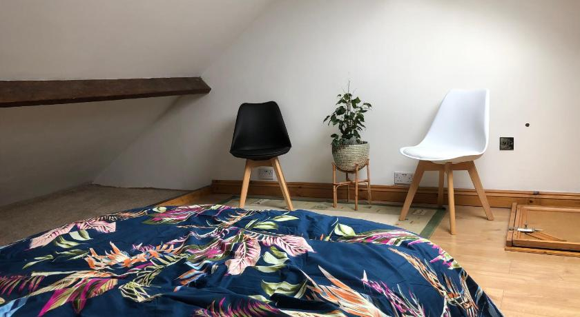 Single room with air bed in a house with shared kitchen and shower Reading