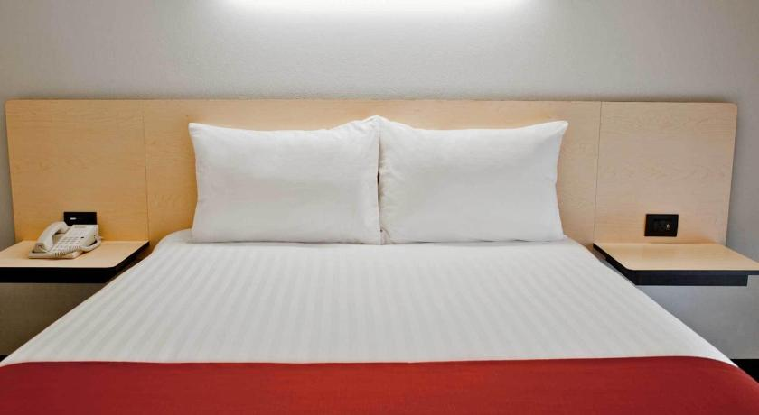 Standard Room with One Queen Bed City Express Plus Monterrey Nuevo Sur